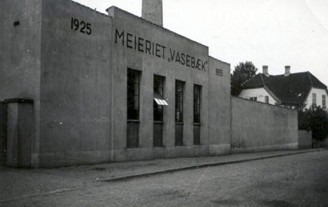 Vasebæk Mejeri, Ågade 1 blev opført i 1930 som mejeri. Mejeriet startede på selve Vasebækgård i 1925. Dengang havde Køge 4 lokale mejerier. Det blev nedlagt som mejeri i 1952. Ejendommen er i dag fredet og smukt restaureret