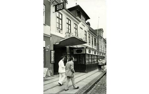 Bio, Torvet 17, opført 1939 af Erkik Engelstoft. Den elegante, frithængende baldekin mod gaden blev muliggjort ved hjælp af nye byggetekniske løsninger