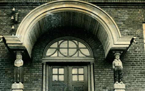 Udsmykning af dørparti på Tøxens Skole