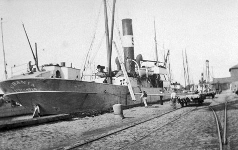 Orania losser telefonpæle i Køge Havn.