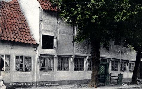 Gamelt postkort med billede af Smedegården i Kirkestræde