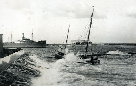 Stranding ved nordre mole - værftshavnen - motorgaleasen Peter, 1932