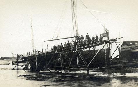 Larsens Skibsværft - ca 1910-13. Højest oppe ses skipper Johannesen og nr 2 Laur. Larsen.