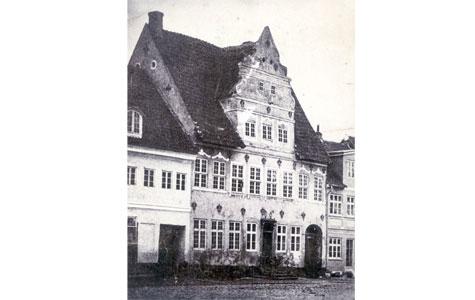 Brogade 1 - Apoteket ses her med sin tidligere facade og den specielle frontgavl