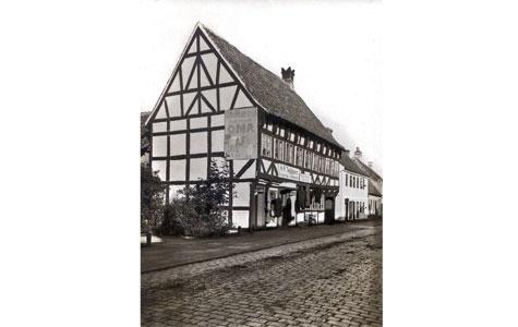 Nørregade 31, 1914 - Tidligere tænkte man ikke på samme måde over bygningsbevaring som i dag. Det var meget almindeligt at man bare opsatte grimme reklameskilt på de flotte gamle bygninger