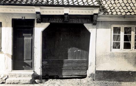 Porten i Kirkestræde 3, fotograferet fra gaden i 1914