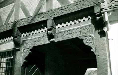 Vestergade 16 - Udskæringer ved porten