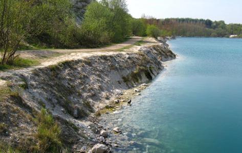 Sti langs søen i Karlstrup Kalkgrav