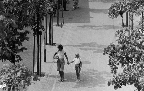 Solrød Centergade i 1976. Der blev lagt meget vægt på at solrød Centeret var grønt og åbent.