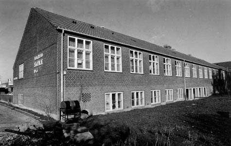 Solrød Skole blev bygget i 1956 og blev placeret mellem byen og stranden. Den står på Højagervænget lige mellem Taastrupvejen og motorvejen. Skolen blev nedlagt i 1981. Bygningen står endnu og bliver brugt til andre formål.