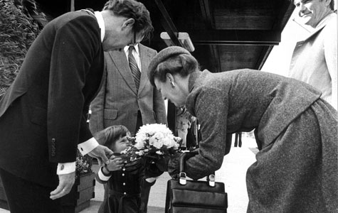 Dronning Margerethe modtager blomster fra en lille Solrød pige.