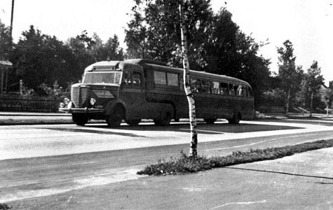 Interessen for at komme til sommerhusene voksede efter 2. verdenskrig. Derfor forsøgte man sig med forskellige busser. Blandt andet brugte man todækkerbus. Foto fra 1955