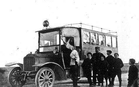 Indtil 1935 bestod de offentlige transportmuligheder til Solrød af jernbanen fra Roskilde til Køge og rutebilen imellem Tåstrup og Køge. Rutebilen var iøvrigt Danmarks første busforbindelse