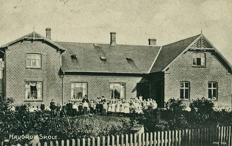 Havdrup Skole blev bygget i 1930 og blev placeret udenfor Havdrup Stationsby på vejen mod Gl. Havdrup, hvor den stadig ligger. Skolen er blevet bygget til mange gange i årenes løb.