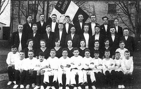 """Gruppebillede af et hold fra Idrætsforeningen. Fra dengang Jersie forsamlingshus tjente som """"sportshal"""""""