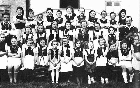 """En gruppe børn der har gået til folkedans, dengang Jersie forsamlingshus tjente som """"sportshal"""""""