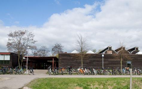 Uglegårdsskolen set udefra, læg mærke til tagets form