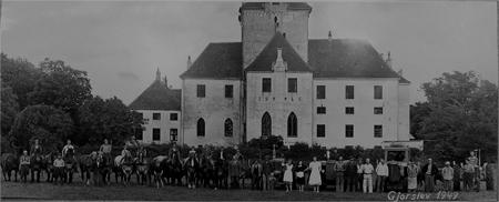Ansatte på Gjorslev 1949, læg mærke til de mange heste, som dengang blev brugt ved landbruget