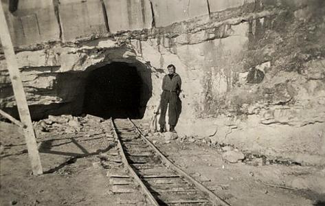 Hullet ind til fortet kaldes en rævegang. Ved fortets anlæggelse blev al den løsnede kalk kørt ud i Østersøen ad to udgange. Da udgravningen var færdig, blev disse to udgange lukket med tunge jerndøre.