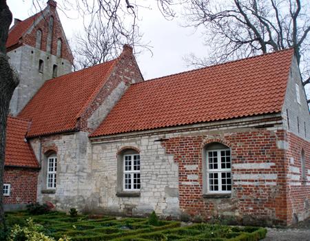 Kridtstenskirke i Varpelev. Kirken blev allerede anlagt før 1100, måske fordi en rig slægtville vise andre, at de var gode kristne med stærk tro.
