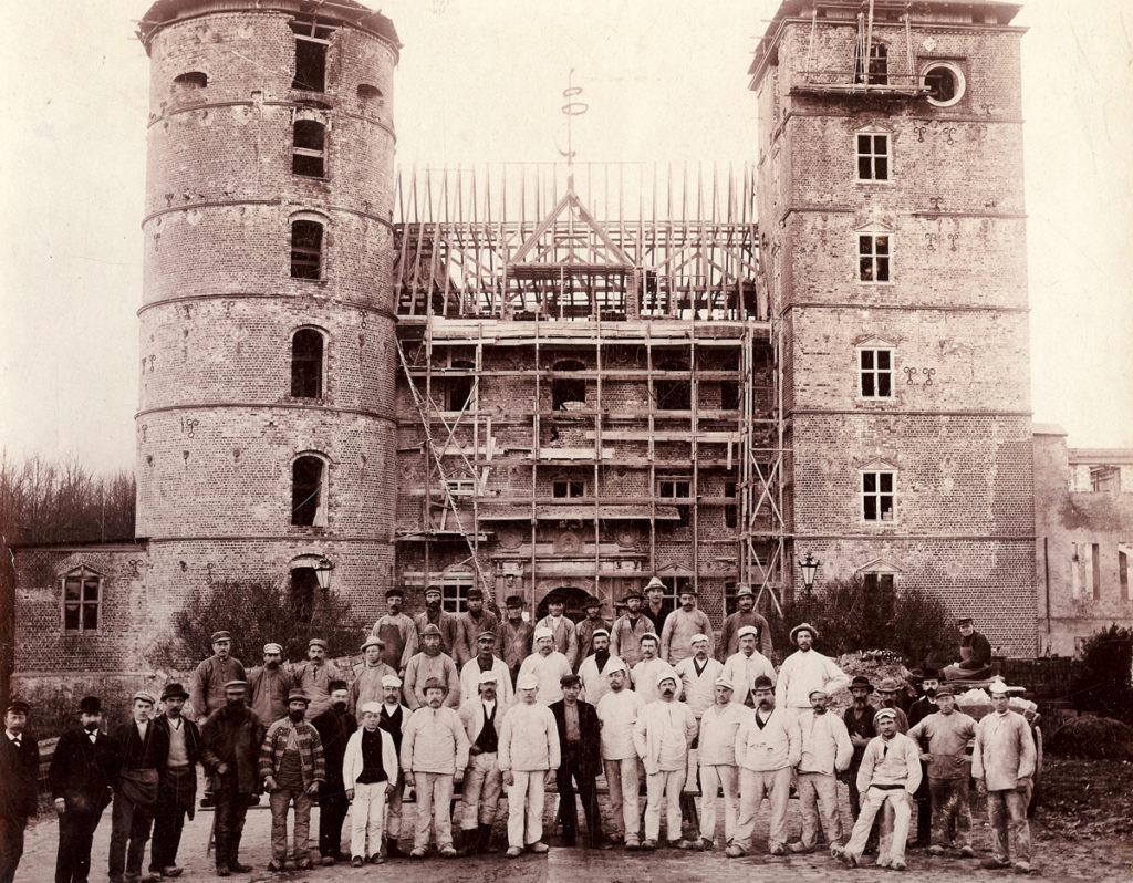 Arbejdshold foran den næsten færdige bygningca. 1905