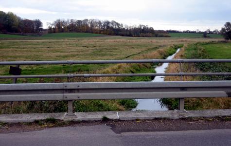 Udsigt fra broen ved Hellested - en efterårsdag med lav vandstand i Stevns Å.