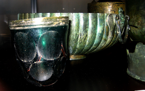 Tykt slebet glasbæger og romersk bronzefad. Fundet i forbindelse med grusgravning i 1948-49.