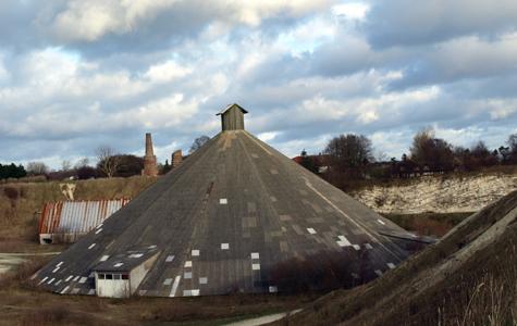 Pyramiden i Boesdal. I dag bruges bygningen til forskellige arrangementer, fx koncerter.