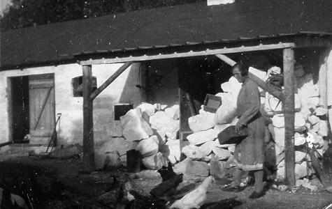 På en gård i Tommestrup ved Stevns Klindt fandt skolekridtproduktionen sted. Kridtet er lagt til tørring i stativ ved muren.