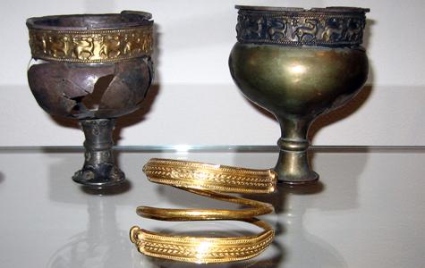 Gravgaver fra grav i Valløby. Sølvbægere og armring af guld fra 1. halvdel af 3 årh. e.Kr.