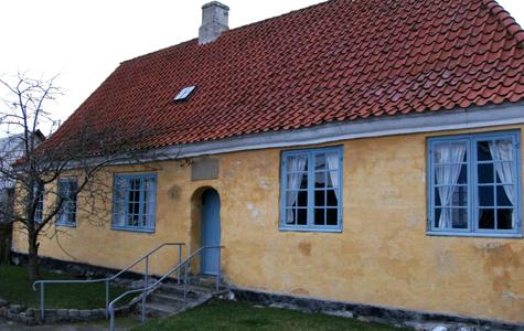 Rytterskolen i Lille Heddinge. Læg mærke til stentavlen over døren.