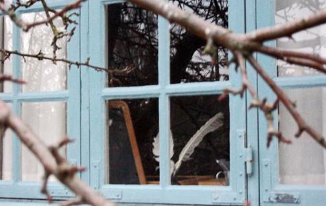 Hvis man ser godt efter, kan man se at i vinduet står 2 fjer. De er blevet brugt til at skrive med.