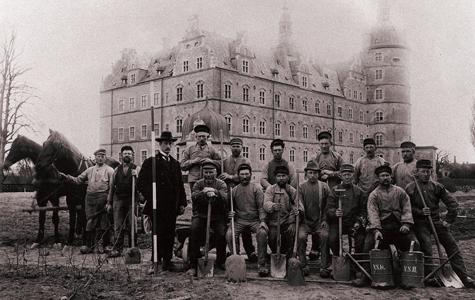 Parkens medarbejdere foran slottet i 1940'erne.