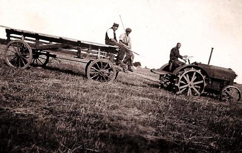Traktor med anhænger, på vej ned ad bakken.