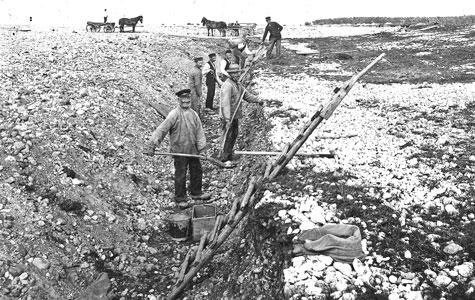 Arbejdsmænd graver flint op på Jærnen.