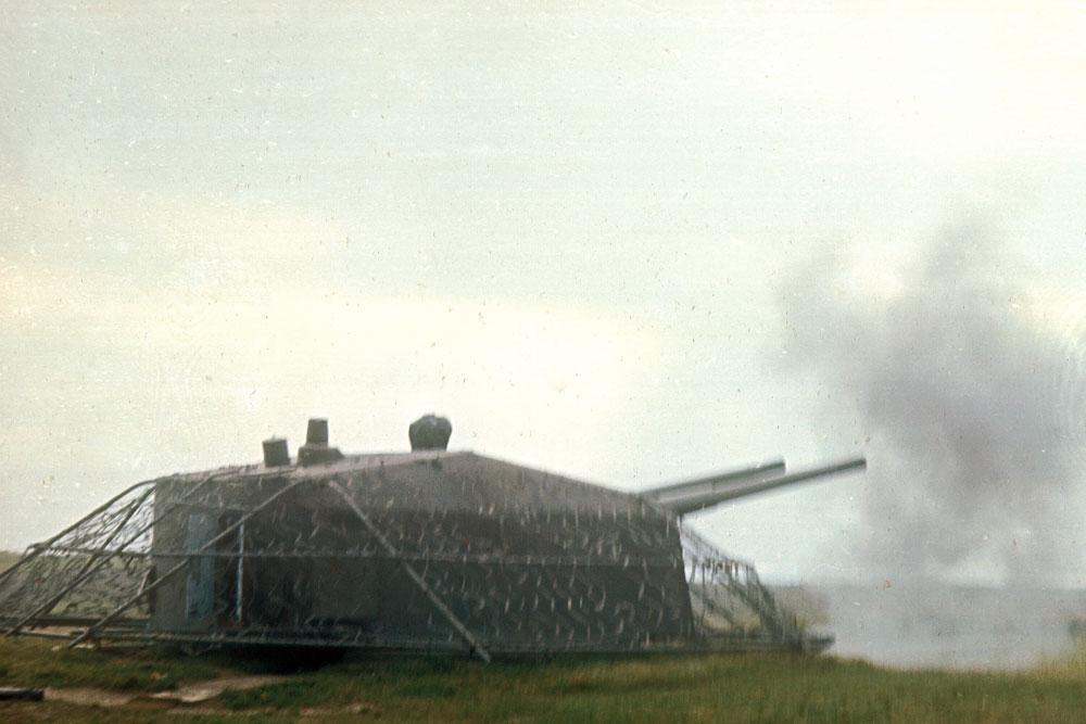 Kanonerne affyret - Kanonen var i alt betjent af 36 mand. Nogle havde plads i kanonen og stod for ladning og sigte. Andre var i omladerrum eller i Undergrundens ammunitionsrum.