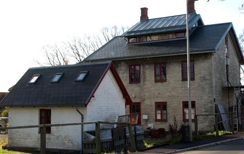 Et gammelt kridtstenshus under ombygning. Både hus og udehus er bygget af udskårne kridtsten.