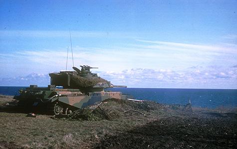 En kampvogn på øvelse på Stevnsforts terræn ved klinten.
