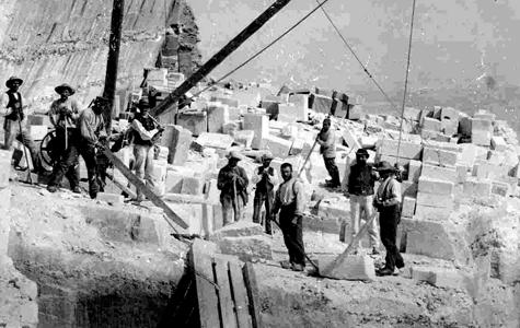Arbejdet med at skære sten var husmandsarbejde. Stenskærerne blev lønnet efter antal solgte sten. Hvis havet tog en stabel færdig skårede sten, så var det husmandens tab.