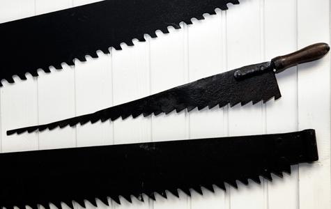Disse save har været brugt ved arbejdet på Klinten. En stensav har store tænder, for ellers sætter smuldret sig fast. Der blev skåret meget store blokke kridtsten, så det var nødvendigt med lange save.